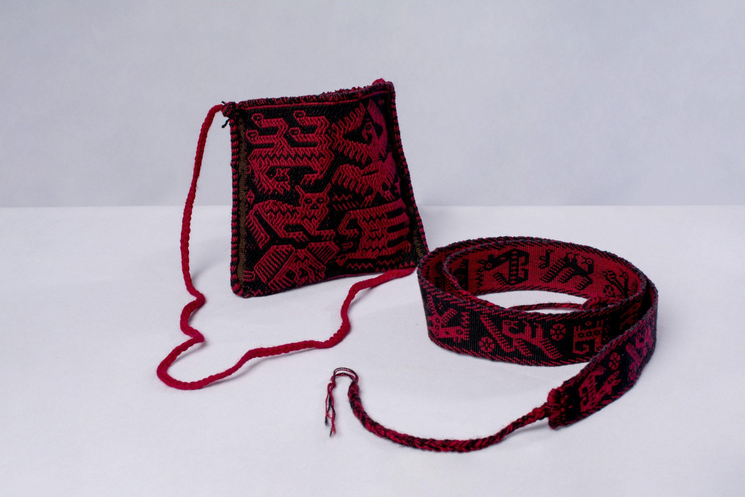 Bolso y chumpi de la cultura Jalq`a.Material: lana de oveja con tintes naturales vegetales de molle y cochinilla.