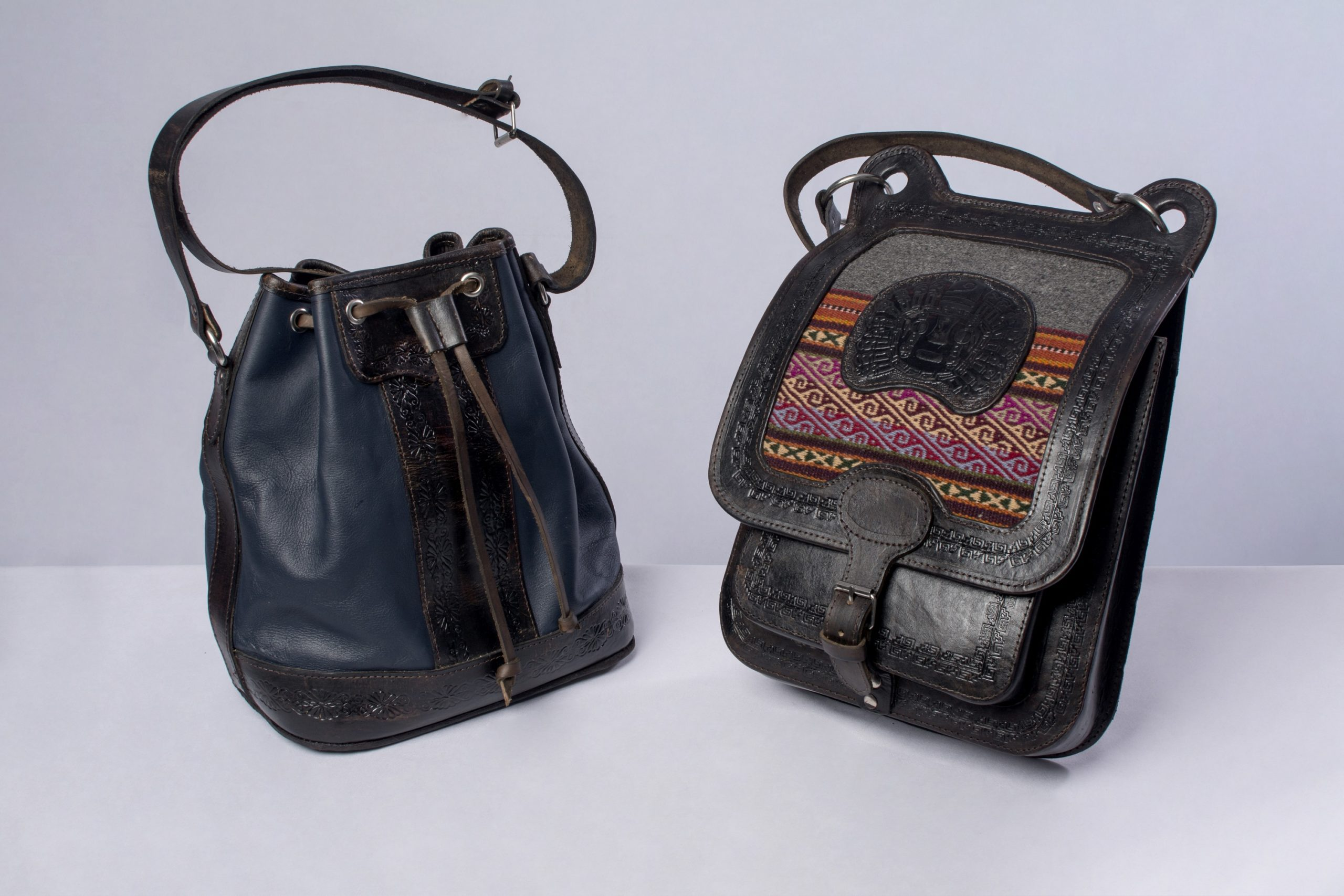 Bolsos de cuero (marroquinería).Material: Cuero de llama y res.