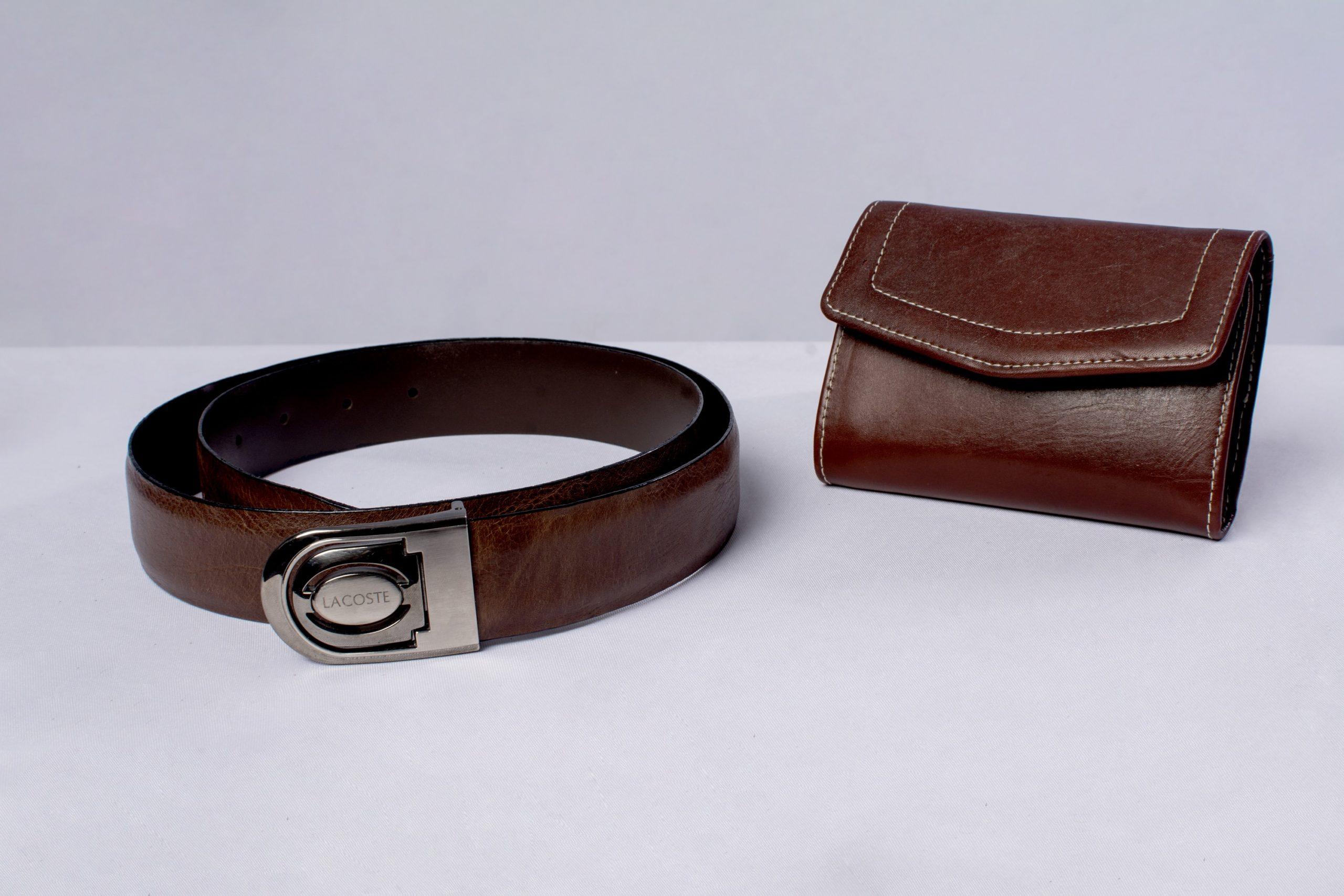 Cinturón y billetera elaborado en cuero (marroquinería).Material: Cuero de res.