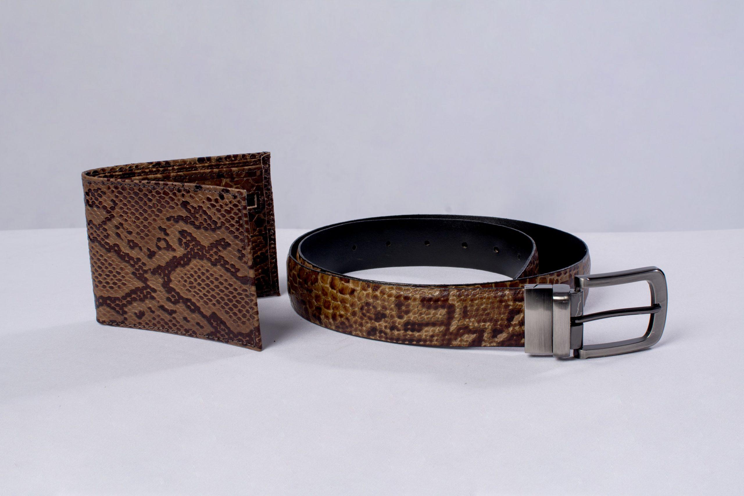 Billetera y cinturón (marroquinería).Material: Cuero de llama y res.