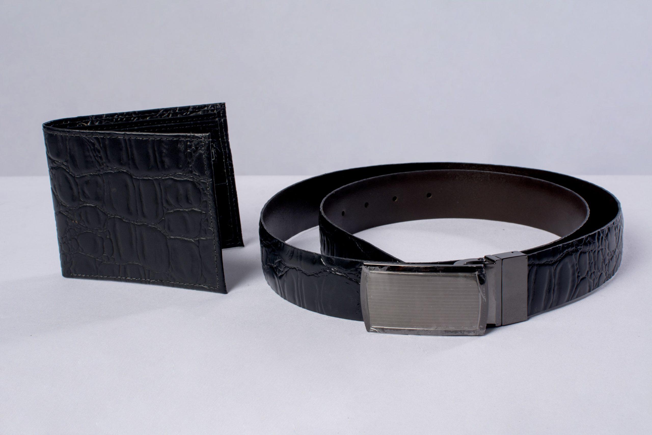 Cinturón y billetera (marroquinería).Material: Cuero de res.