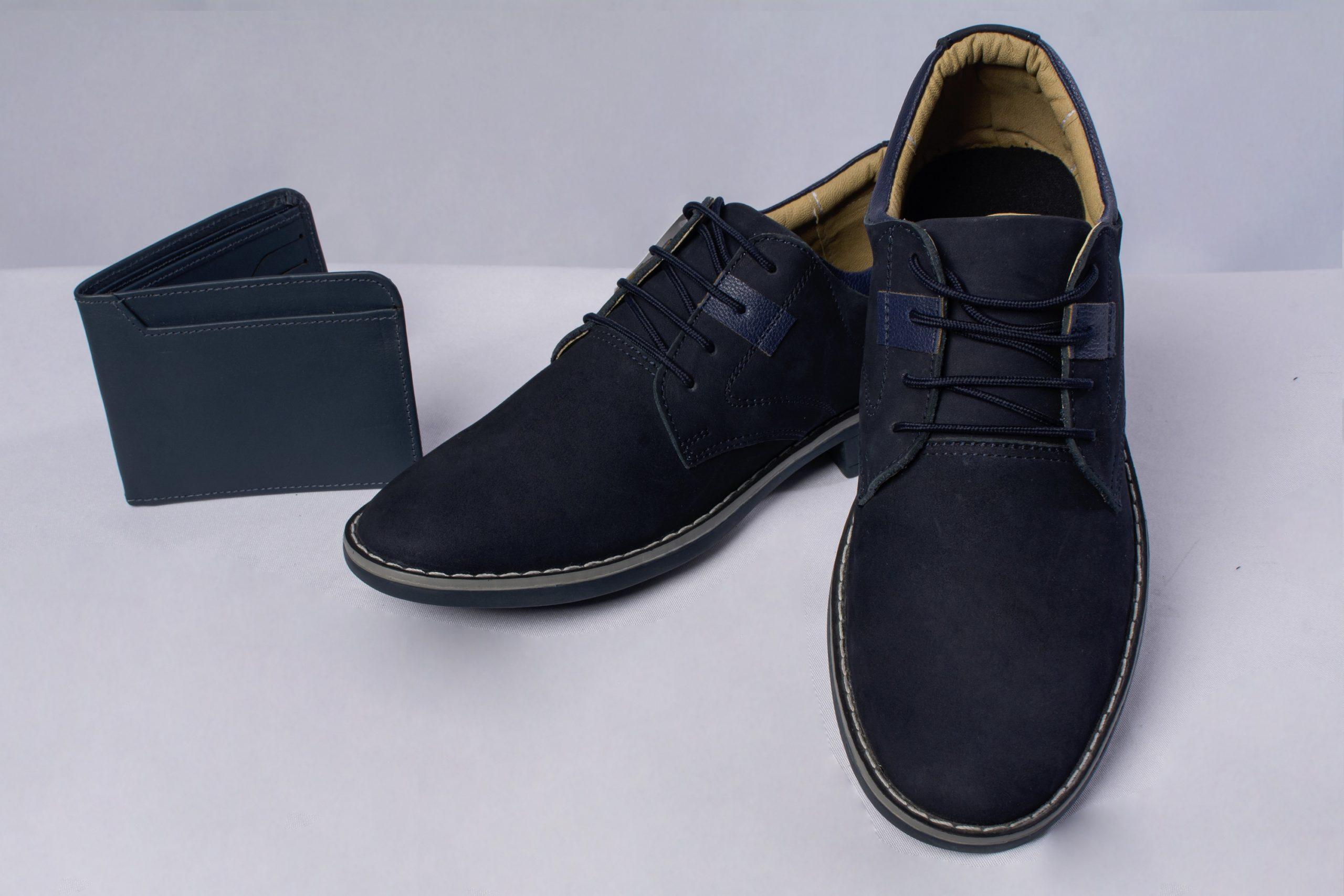 Billetera y zapatos de cuero.Material: Cuero de res, nobu y lustrable.
