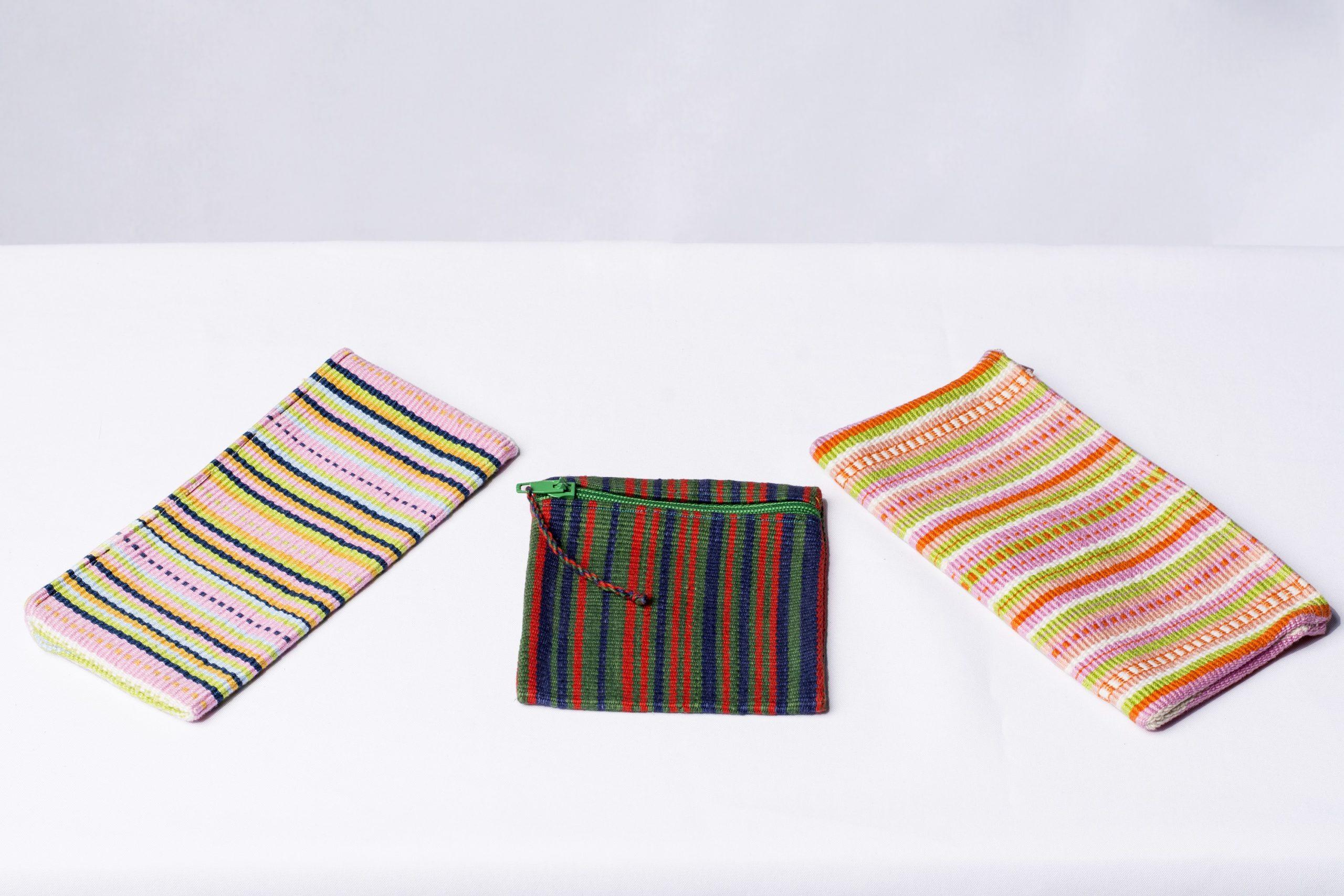 Estuches y monedero (tejido en telar oriental). Material: Hilo de algodón