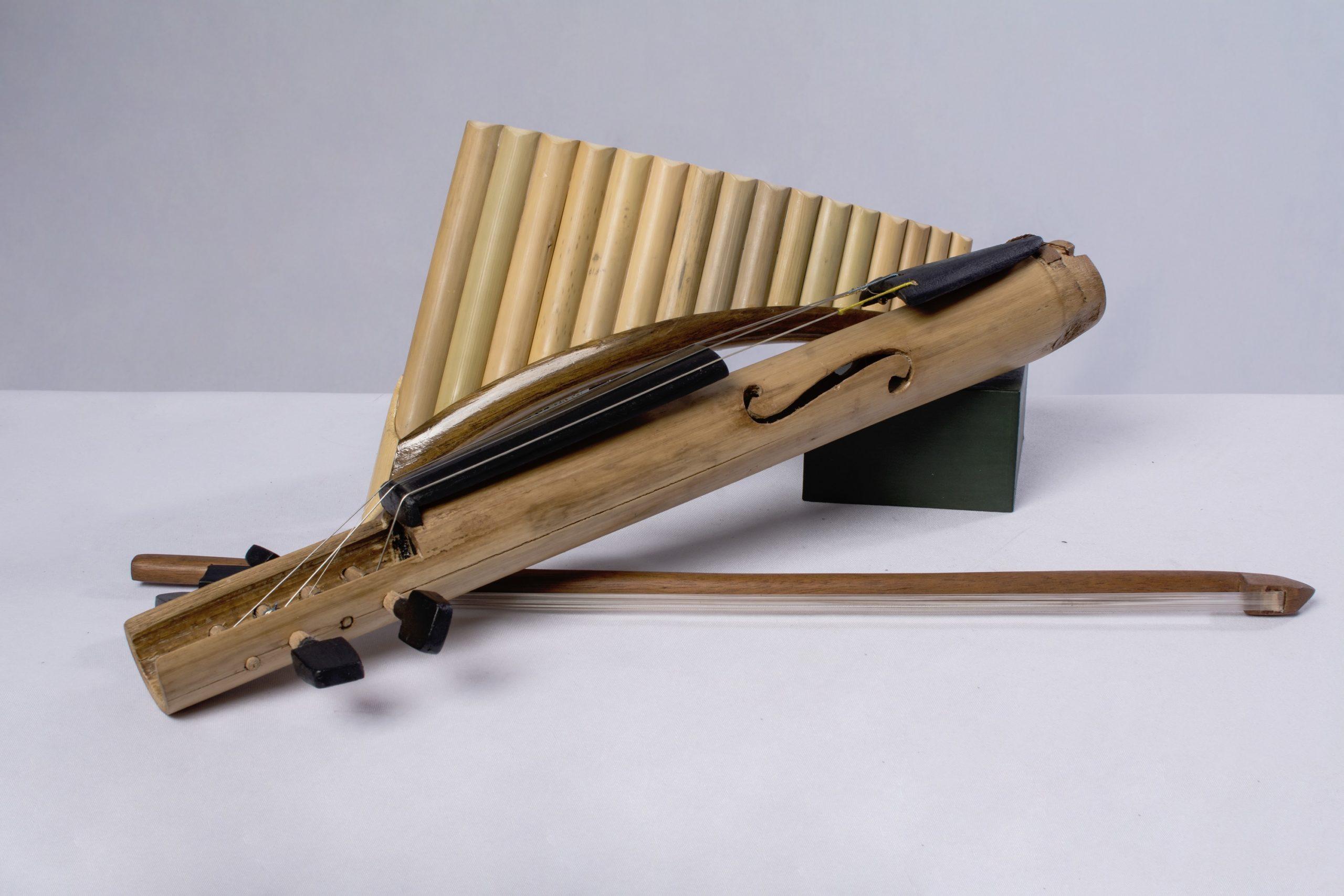 Flauta de pan (instrumentos musicales de cuerda y viento). Material: Bambú, caña y metal.