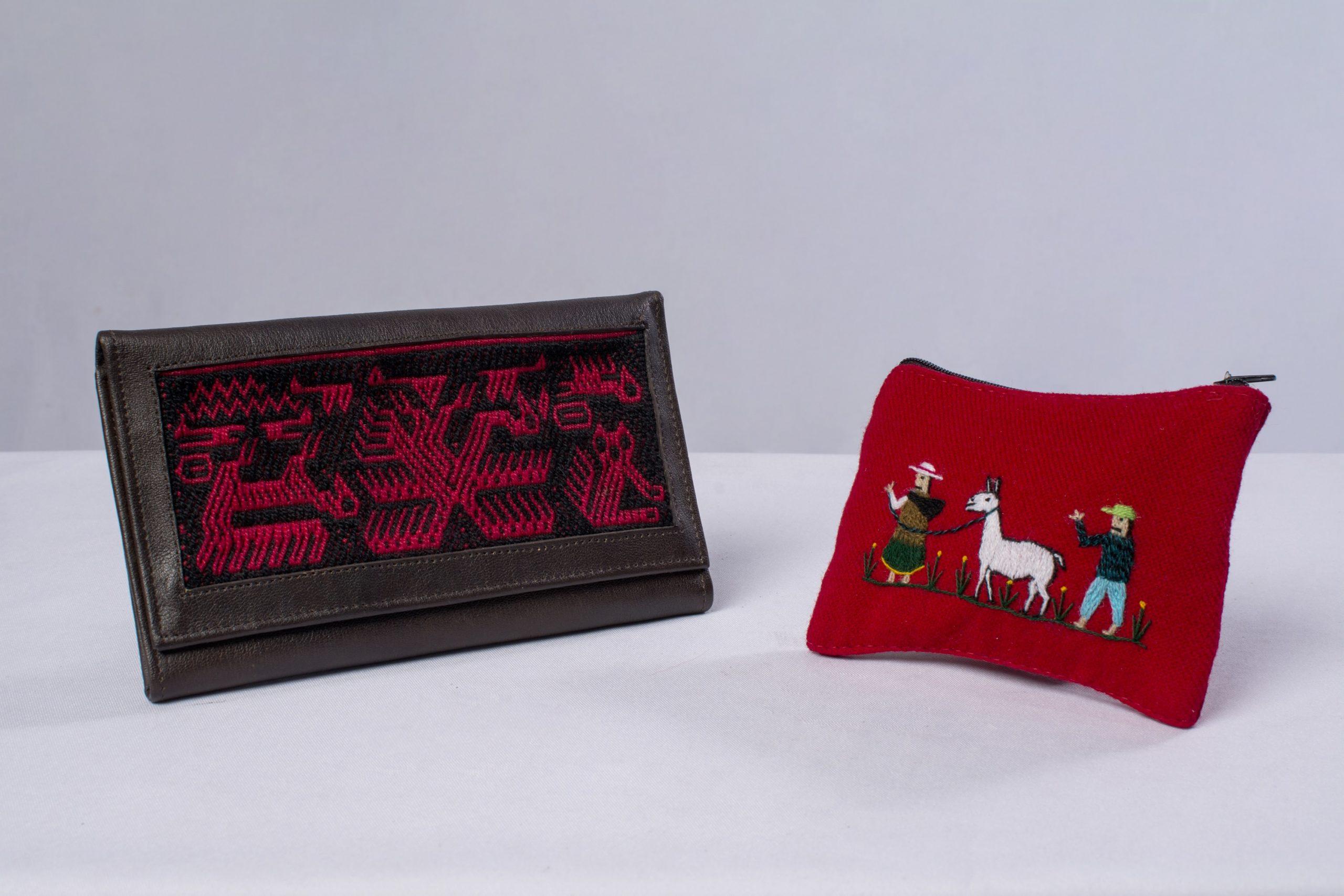 Billetera y monedero (Marroquinería con aplicaciones de tejido Jalq`a y Bayetilla).Material: Cuero y lana de oveja.