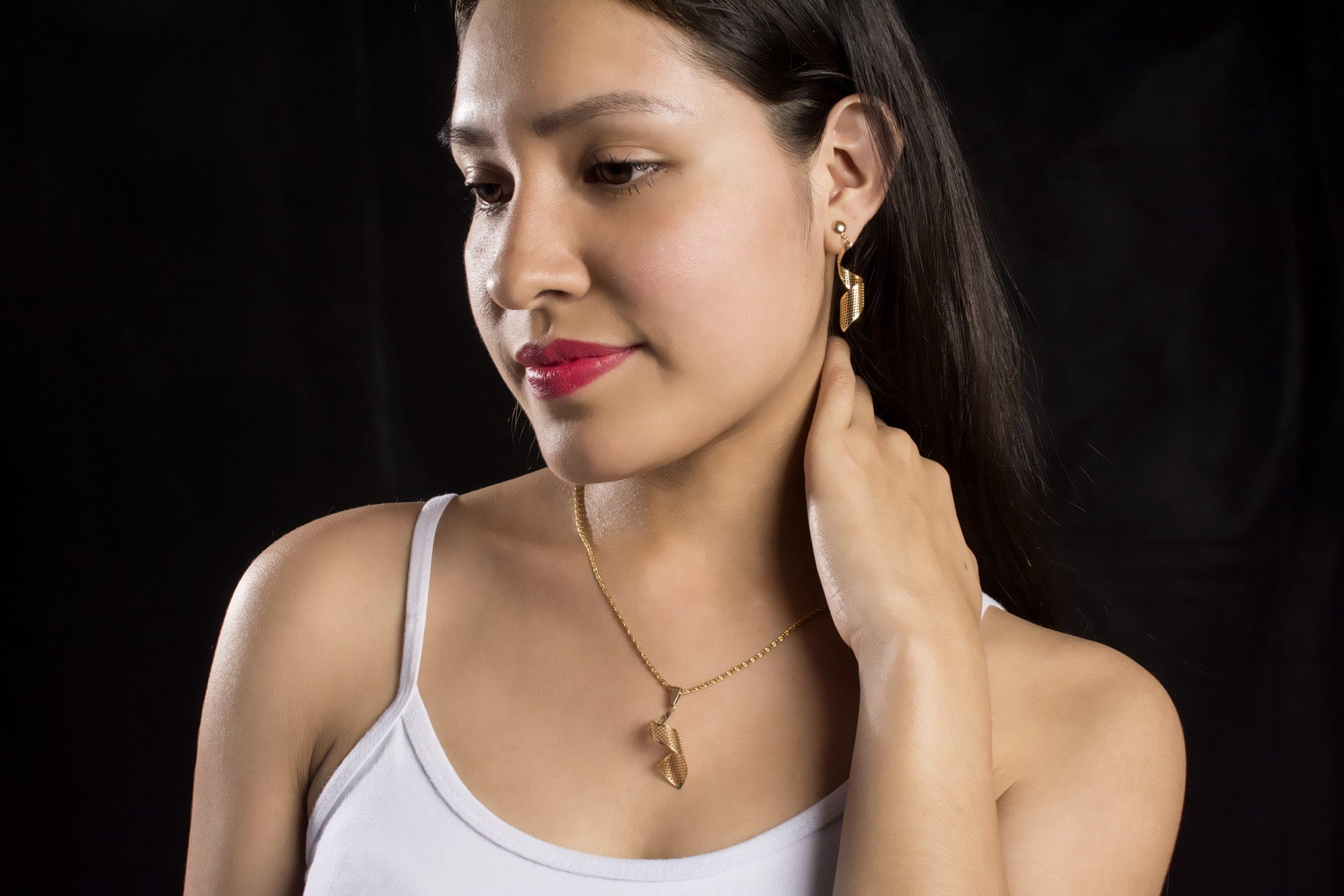 Juego de joyas (collar y aretes).Material: oro.