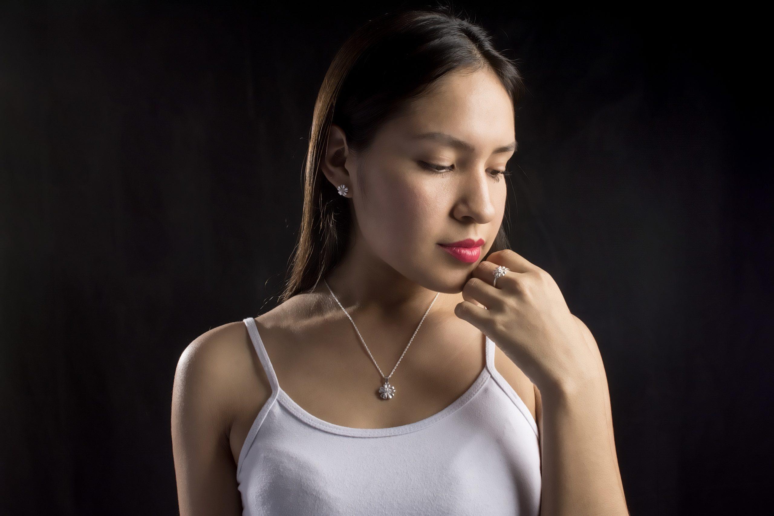 Juego de joyas (collar y aretes).Material: Plata 925.