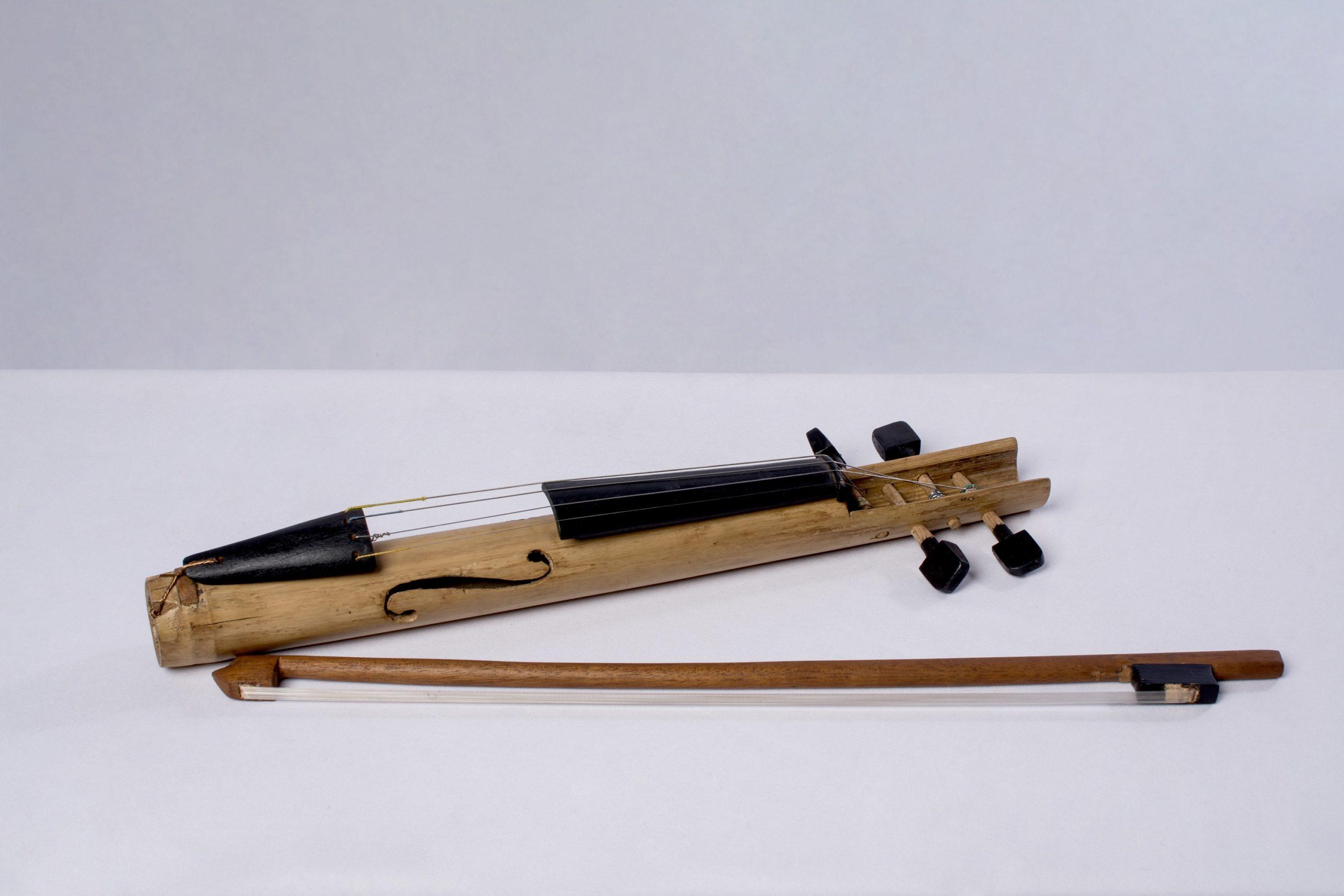 Violín (instrumentos musicales de cuerda).Material: Caña, madera y metal.