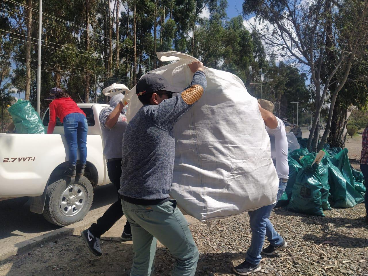Servidores públicos de Desarrollo Productivo realizan tareas de limpieza en lugares turísticos de la Cumbre y Mallasa en La Paz